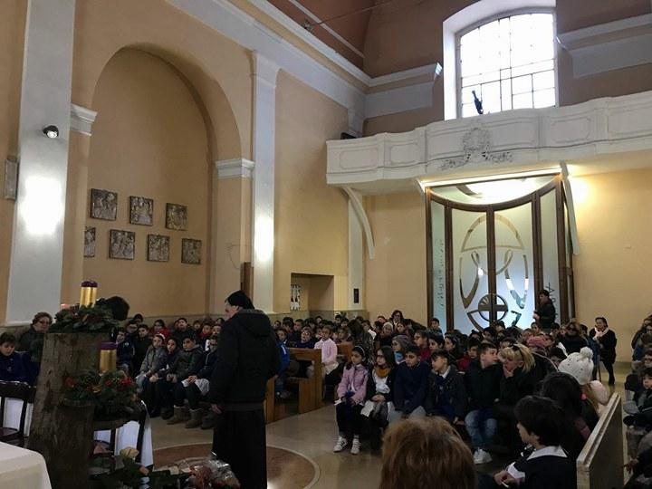 """Natale in chiesa, i bambini della Basilio Cecchi da don Fabio: """"Incontri sul senso della nascita di Gesù"""""""